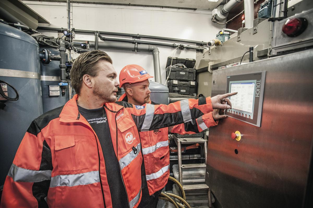 Petri Virtanen och Henrik Karlsson testar den mobila vattenreningen - Delete