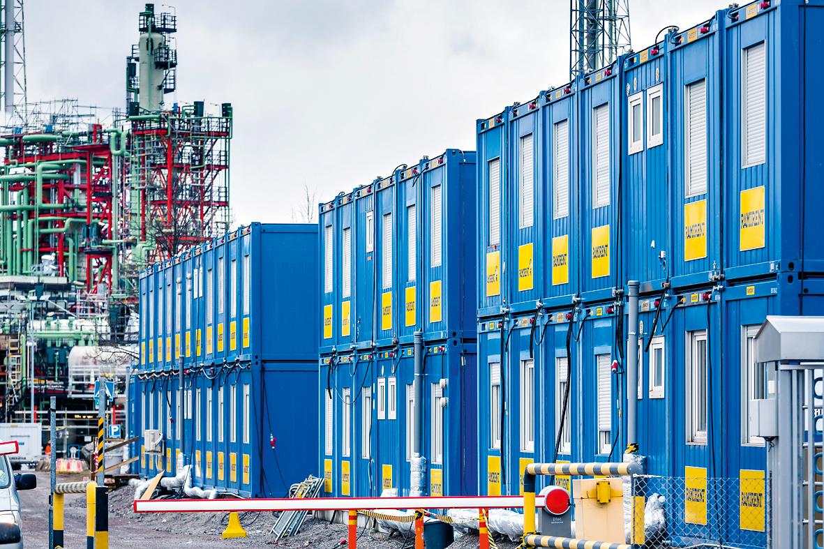 Över 300 baracker extra har flyttats till området på Neste Oil