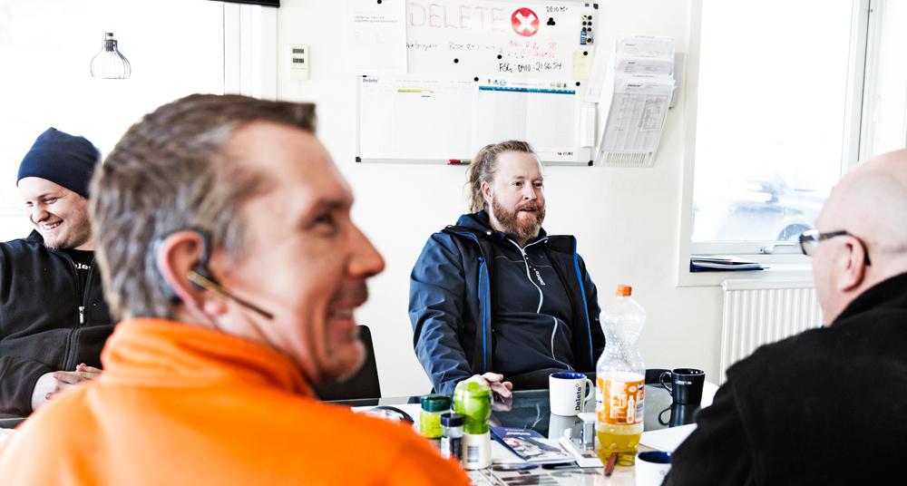 Patrik Stenman med kollegor i fikarummet Delete Skellefteå