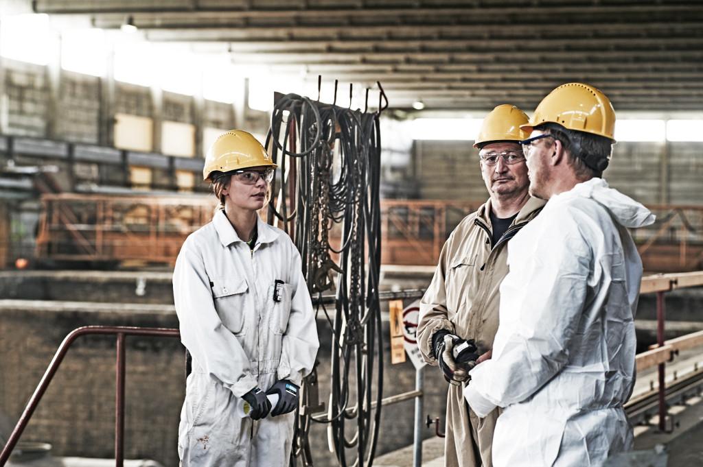 Arbetsledare Michael Johansson tillsammans med Affärsområdeschef Petri Virtanen och strålskyddare Alexandra.