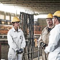 Arbetsledare Michael Johansson tillsammans med Petri Virtanen och strålskyddare Alexandra.