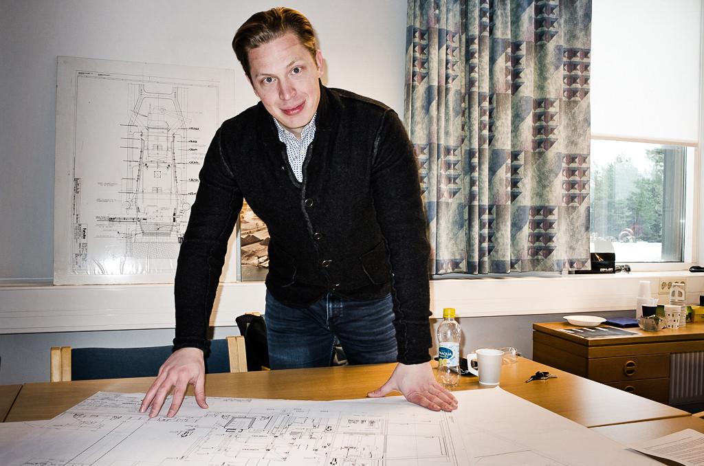 Nikolas Ruotsalainen kikar på ritningarna över Koverhar