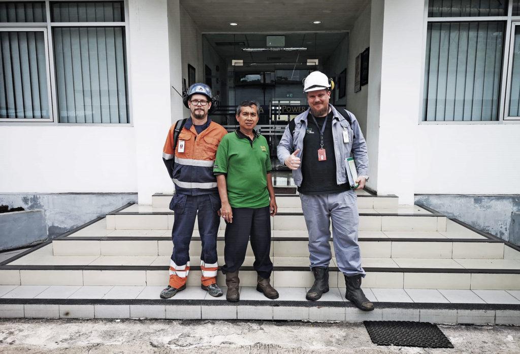 Mathias Selg platschef Sprängsotning tillsammans projektmedarbetare utanför pannan i Indonesien