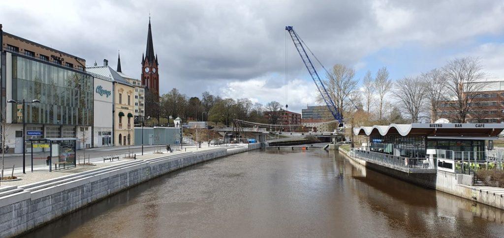 Rivning av Storbron i Sundsvall. Centrala Sundsvall, trafiken var dirigerad via en tillfällig brokonstruktion vid sidan av rivningsobjektet.